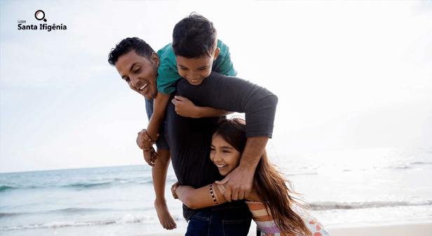 pai brincando com os filhos na praia - dia dos pais
