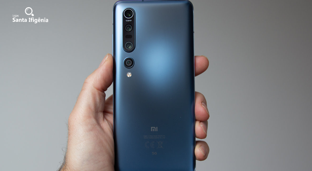 Pessoa segurando o Xiaomi Mi 10 Pro+